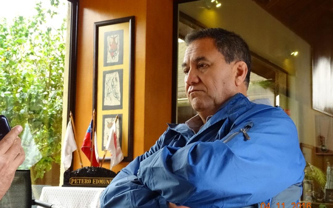 A Hanga Roa, conversando con Edmunds Paoa, sindaco dell'isola di Pasqua